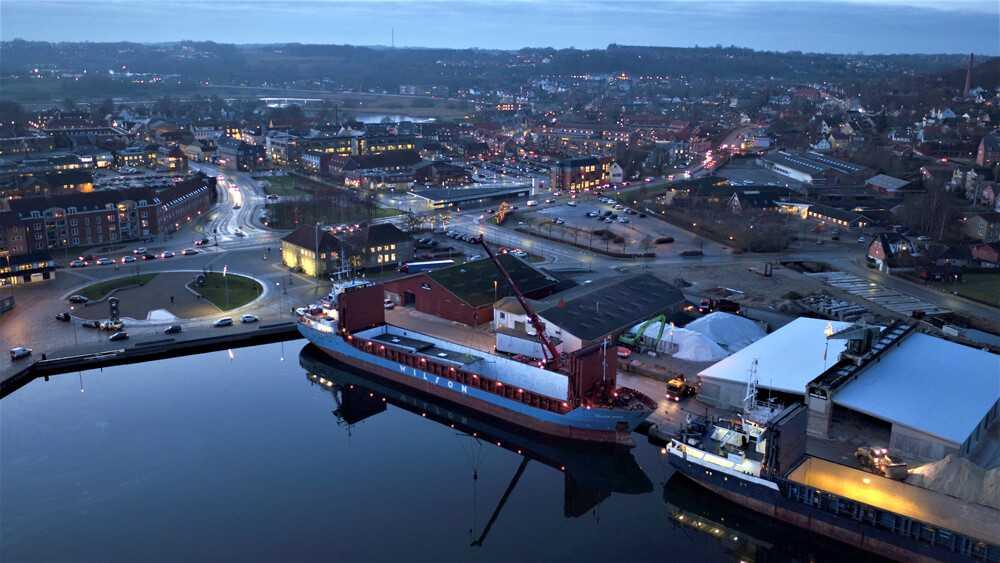 hobro-havn-december-aften-bm-byggeindustri-laster-moduler-til-sveringe